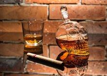 Egyedi, üvegből készült koponya formájú tömény italtartó, 650 ml-es