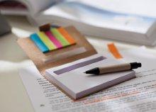 Mini jegyzettömb golyóstollal, 5 színű öntapadós jegyzetcsíkkal
