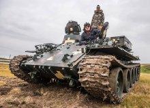 VT-55-ös tank vezetése a gyáli motocross pályán, 20 vagy 40 percen át