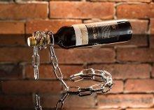 Egyedi és káprázatos éke lehet a szobának ez a különleges, ezüst láncos lebegő bortartó