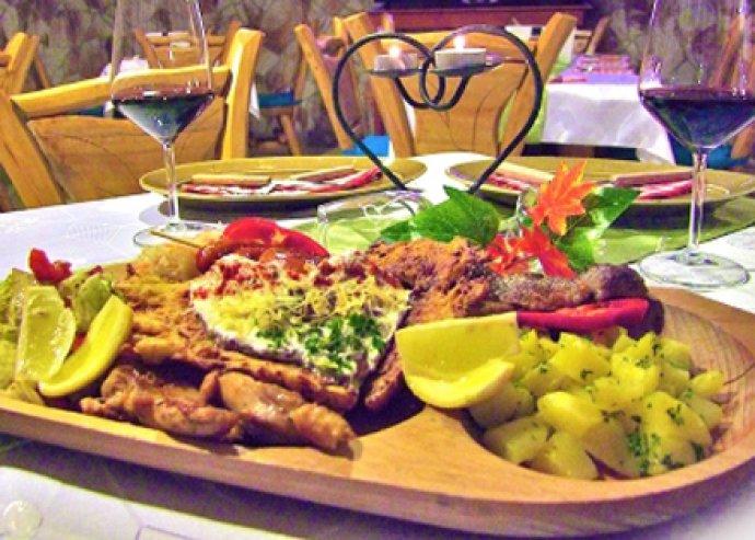 Vidéki ízek Budapesten! Romantikus tál magyaros ételekkel, 2 pohár borral és ajándékkal, 2 fő részére