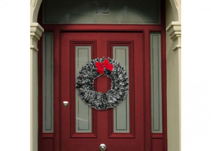 Karácsonyi ajtódísz - piros masnival és dísszel - havas