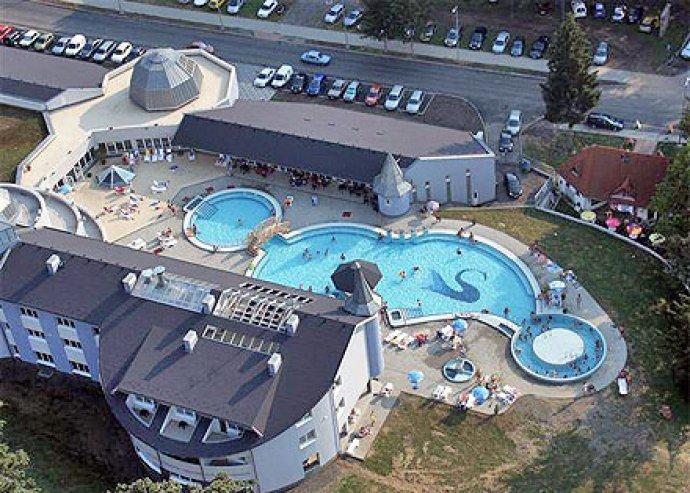 Termálfürdő az érintetlen táj szívében: 2 FŐ és egy gyermek részére 4 nap/3 éj a Sikondai Wellness Hotelben büféreggelivel, wellness használattal, és 2x20 perc masszázzsal 96.700 Ft helyett 2 x 22.950 Ft!