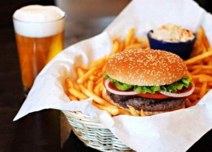 Dupla hamburger (csirke / marha) + sült krumpli + Maccabee sör / limonádé + kávé / tea.
