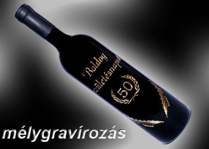 Mélygravírozott felirattal ellátott 1 üveg vörös száraz bor
