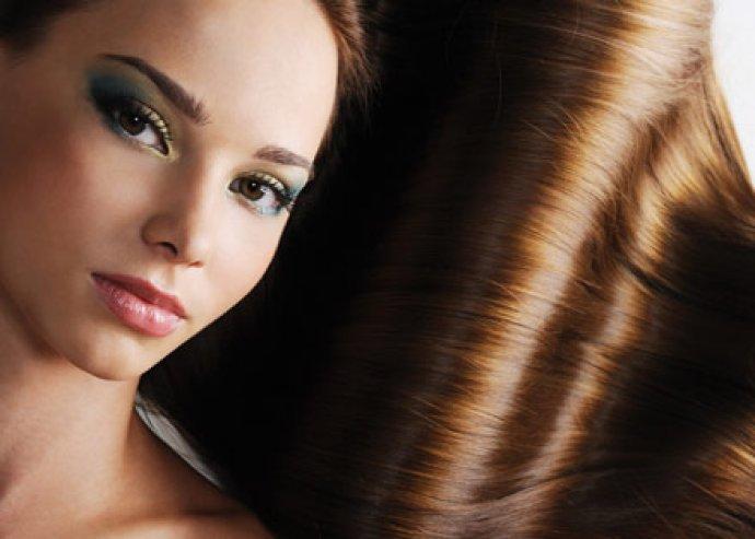 Vágás, festés, mosás fejmasszázzsal és hajépítés szerkezet újjáépítő pakolással, formázással