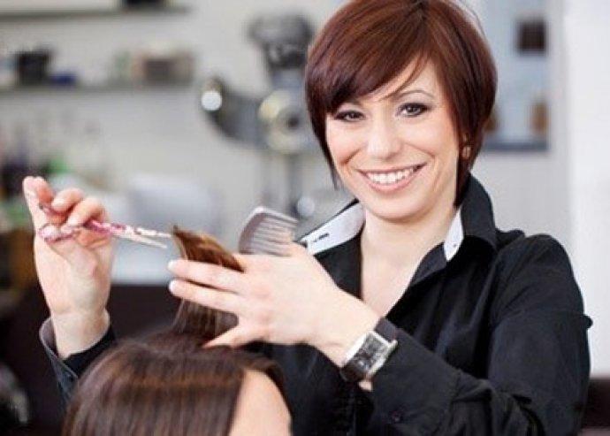 Mosás, vágás, szárítás hajvasalással és hajpakolással.