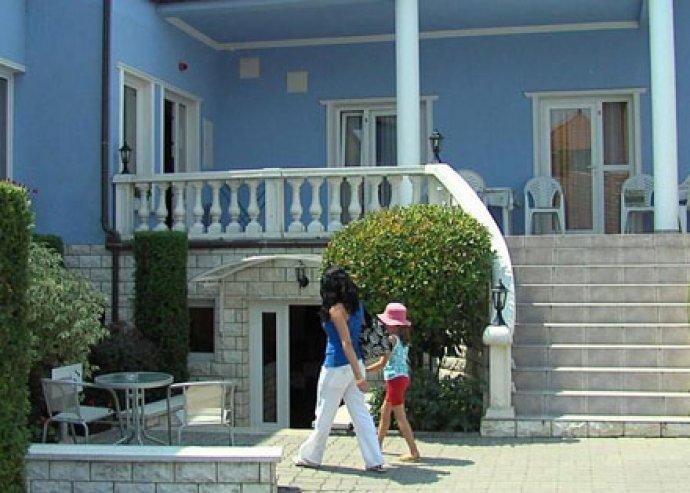 Wellness Hévízen! 3nap / 2éj 2 fő+ egy 5 év alatti gyermek részére, reggelivel a Kék Villa Apartmanházban