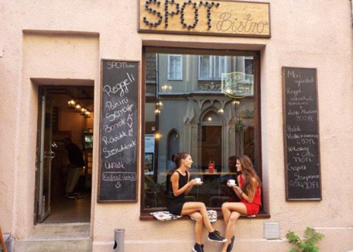 Két vodka-szóda-lime fél áron a Spot Bistroban, a bulinegyed közepén, a Király utcában