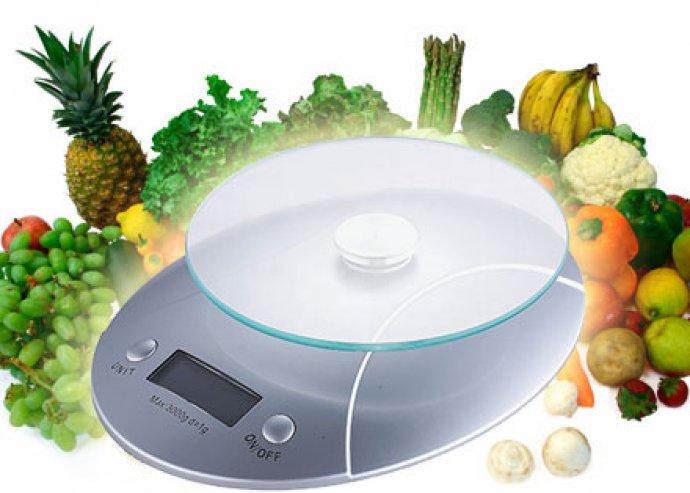 Modern kivitelű, precíz, digitális konyhai mérleg üveg tálcával és nagyméretű digitális kijelzővel