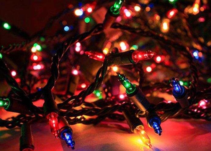 100 db-os, LED-es fehér vagy egyszerre négy színben pompázó karácsonyfa izzósor