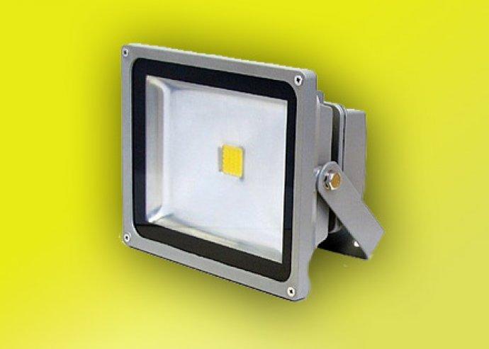 Kertek, kocsibeállók, ipartelepek ideális kelléke: energiatakarékos, 10 W-os kültéri LED reflektor