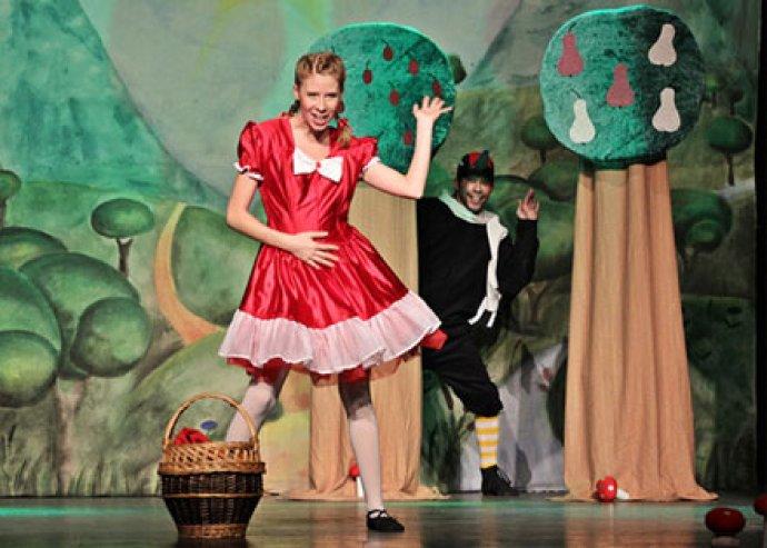 Szórakozás és élmény 990 Ft-ért! Piroska és a Farkas várja a szülőket és a gyermekeket a Pódium Színházba!