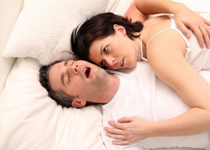 Szilikon horkolásgátló, amely elősegíti a légutak kinyílását a horkolás elkerülése érdekében