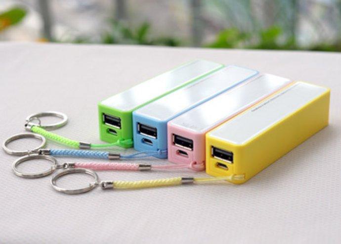 Kulcstartón hordható külső akkumulátor mobilokhoz USB kábellel, választható színben