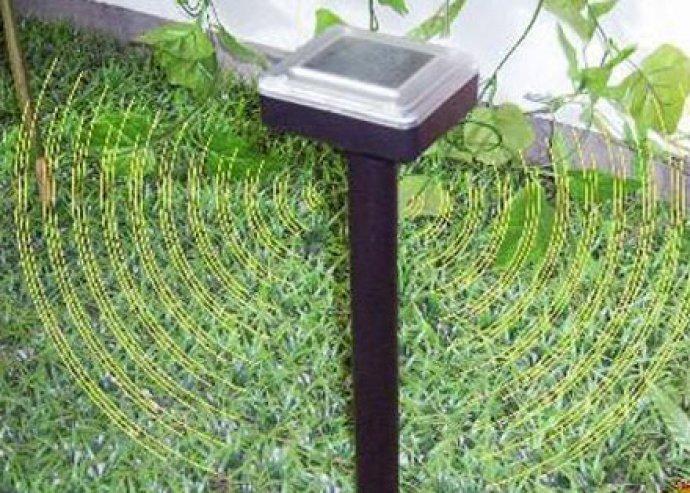 Hatékony megoldás a kártevők ellen - napelemes vakondriasztó, 420 négyzetméteres hatótávval
