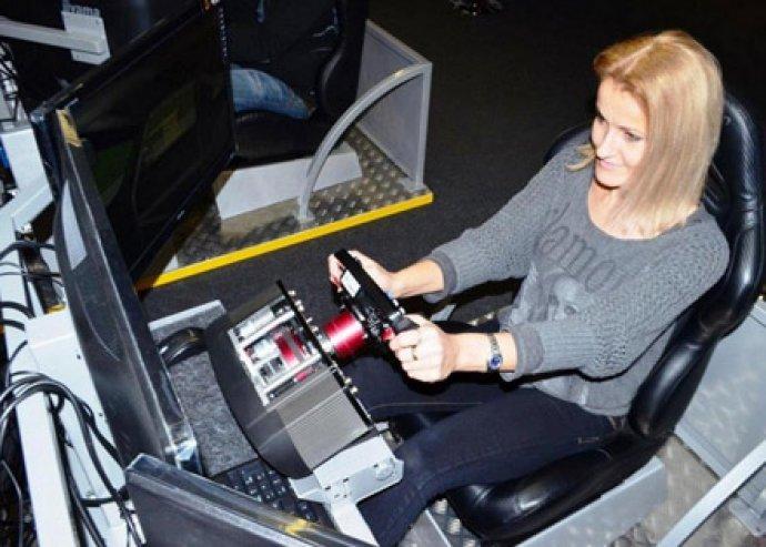Próbáljátok ki akár 10-en a legmodernebb szimulációs technikát! 100 féle pálya és 20 féle jármű!