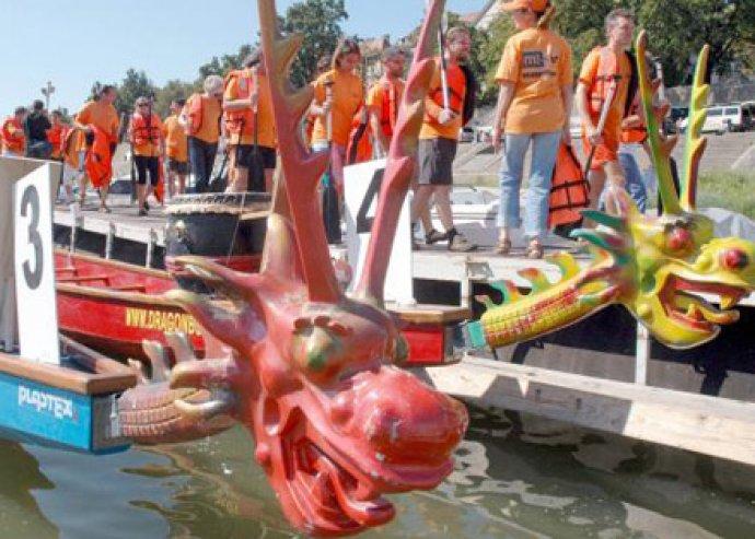 1 napos amatőr sárkányhajó verseny 14-18 főre az Omszki-tavon, 2x90 perces edzéssel és oktatással