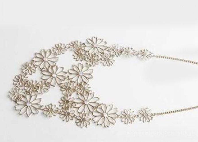 Stílusos divatékszer – különleges, egyedülállóan mutatós, virágmintás, medálos női nyaklánc
