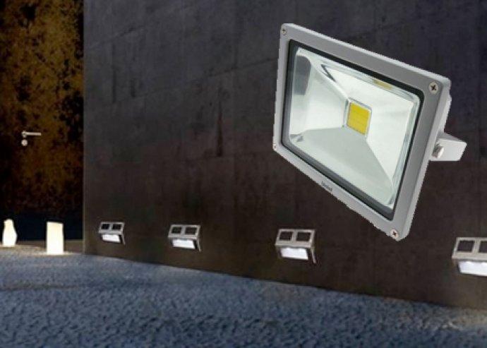 10 W-os LED kültérre vagy beltérre is alkalmas reflektor, sugárzási szög: 120°, élettartam: 35 000 óra