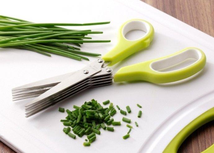 Praktikus fűszernövény vágó olló, 5 pengével és zöld színben. Ideális ételdekoráció készítéséhez!