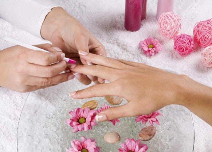Manikűr, kényeztető kézmasszázs, bőrraírozással