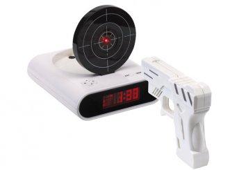 Ébresztőóra pisztollyal és asztali órába épített céltáblával