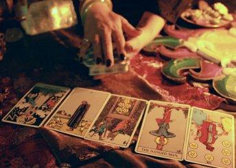 Sorselemzés cigány, illetve tarot kártyával