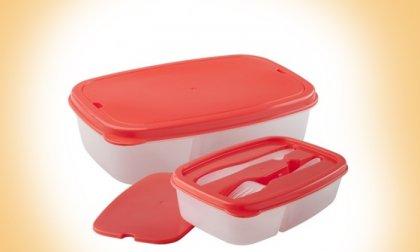 Jól zárható műanyag ételhordó két rekesszel, villával és késsel a tetejére rögzítva, 3 féle színben