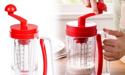 Kézi tésztakeverő és adagoló eszköz palacsintához vagy gofrihoz