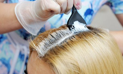 Női hajvágás tőfestéssel, mosással és szárítással a Nadin Hair Fodrász Szalonban, akár extra hosszú hajra is